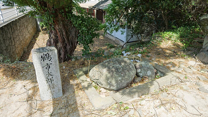 鶴と市太郎の腰掛石の画像